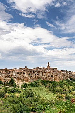 Pitigliano, Etruscan hilltop town perched on tufa rocks, province of Grosseto, Tuscany, Italy, Europe