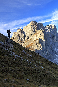 Hiker admires the rocky peaks Furcella De Furcia, Odle, Funes Valley, South Tyrol, Dolomites, Trentino-Alto Adige, Italy, Europe