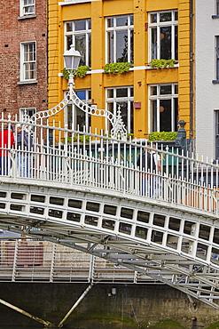 Ha'penny Bridge across the River Liffey, Dublin, Republic of Ireland, Europe