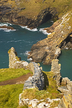 The Medieval ruins of Tintagel Castle, allegedly the birthplace of King Arthur, on Atlantic coast cliffs at Tintagel, Cornwall, Cornwall, England, United Kingdom, Europe
