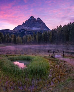Sunrise at Lago Antorno with the Tre Cime di Lavaredo in the background, Dolomites, Italy, Europe