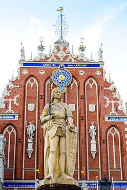 Statue of the Knight Roland, House of the Blackheads, Town Hall Square, UNESCO World Heritage Site, Riga, Latvia, Europe
