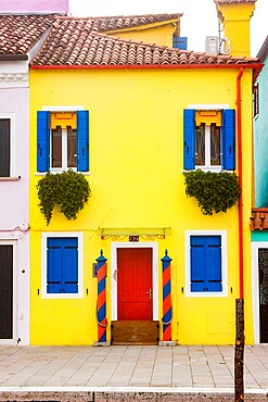 Brightly colored fishermen's houses in Burano, Metropolitan City of Venice, UNESCO World Heritage Site, Veneto, Italy, Europe