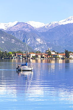 Sailboat on the lake in front Mandello del Lario, Province of Lecco, Lake Como, Italian Lakes, Lombardy, Italy, Europe