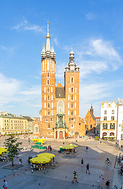 Street scene and St. Marys Basilica, UNESCO World Heritage Site, Krakow, Poland, Europe