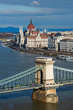 View over the River Danube River to Chain Bridge and Parliament Building, Budapest, Hungary, Europe