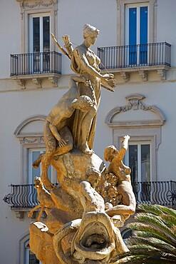 The Fountain of Artemis (Fountain of Diana), Piazza Archimede, Ortygia (Ortigia), Syracuse (Siracusa), Sicily, Italy, Europe