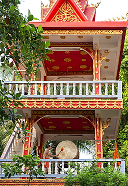 A monk sounding a gong, Vientiane, Laos, Indochina, Southeast Asia, Asia