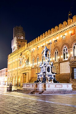 Night view of the fountain of Neptune and d'Accursio municipal palace in the historical centre of Bologna, Bologna, Emilia Romagna, Italy, Europe