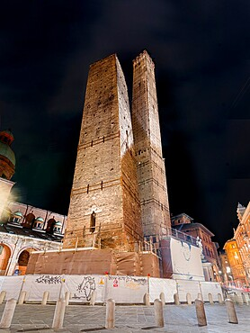 The two Towers of Bologna, Garisenda and Asinelli towers, Bologna, Emilia Romagna, Italy, Europe