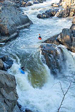 Kayaker Ian Brown heads off the Spout, the last drop of Great Falls of the Potomac River, Virginia USA. MR