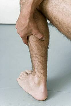 The Do In is an automassage technique of chinese origin, then imported in Japan. This technique is based on the pressure of certains points (acupressure) aiming at correcting body disorders. Pressure then massage of the point Bladder 57 (posterior side of the calf). Aim : relieve hemorroids.