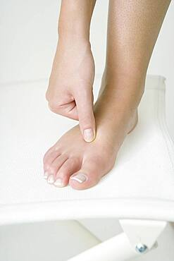 The Do In is an automassage technique of chinese origin, then imported in Japan. This technique is based on the pressure of certains points (acupressure) aiming at correcting body disorders. Pressure of the 4 points located between the toes. Aim : fight against tiredness.