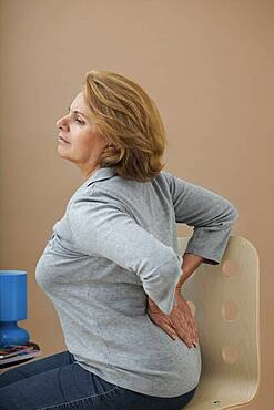 Lower back pain in elderly pers.