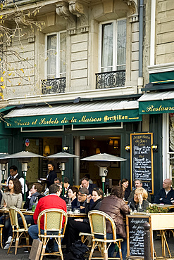 People sitting outside a cafe on the Ile St. Louis, Paris, France, Europe