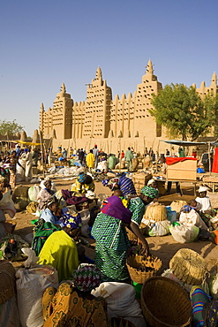 The Monday market in front of the Djenne Mosque, the largest mud structure in the world, UNESCO World Heritage Site, Djenne, Niger Inland Delta, Mali, West Africa, Africa