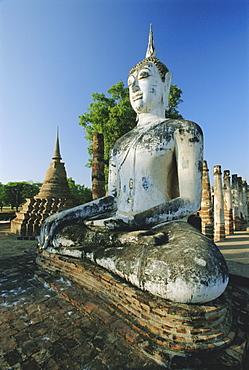 Seated Buddha and ruined Chedi, Old Sukothai/Muang Kao, Sukothai, Thailand, Asia
