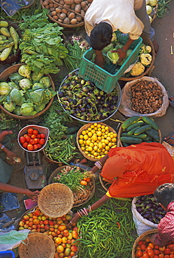 Overhead view of the fruit and vegetable market, Pushkar, Rajasthan State, India, Asia