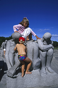 Children playing on sculpture, Vigeland?s Park, Oslo, Norway *** Local Caption ***