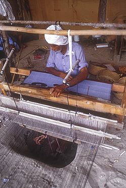 Weaver at traditional loom, Bahrain *** Local Caption ***