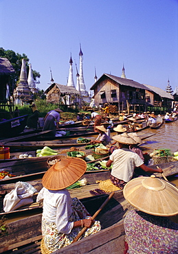 Women in boats selling vegetables, floating market on the lake, Inle Lake, Shan State, Myanmar (Burma), Asia