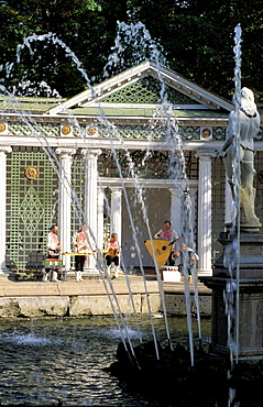 Russia, St-Petersburg, Pedrovorets, Peterhof Palace Park, Waterworks And Musicians Playing Folk Music