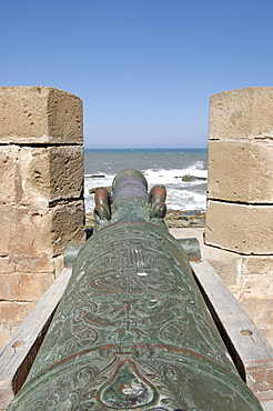 Old cannon, Skala of the Kasbah a mighty crenellated bastion, 300 metres in length, built on the cliffs to protect the city on its seaward side, Essaouira, historic city of Mogador, Morocco, North Africa, Africa