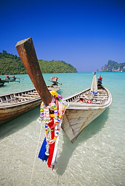 Long tail boat, Phi Phi Islands, Thailand *** Local Caption ***