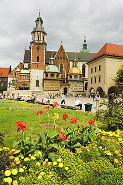 Flower garden and Wawel Cathedral dating from 14th century, Wawel Hill, Old Town, UNESCO World Heritage Site, Krakow (Cracow), Poland, Europe