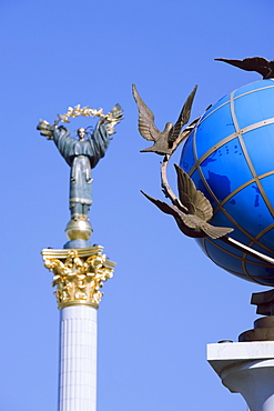 Statue of a blue globe with doves of peace and symbol of Kiev statue, Maidan Nezalezhnosti (Independence Square), Kiev, Ukraine, Europe