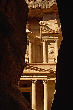 The Treasury building (Al Khazneh) (El Khazneh) (Al Khazna) at the end of the Siq, Petra, UNESCO World Heritage Site, Jordan, Middle East