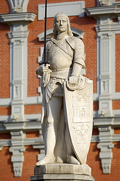Statue of Roland in front of the House of the Blackheads, melngalvju nams, Town Hall Square, Ratslaukums, Riga, Latvia, Baltic States, Europe