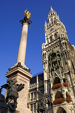 Statue of the Virgin Mary and the Neues Rathaus, Marienplatz, Munich (Munchen / Muenchen), Bavaria (Bayern), Germany