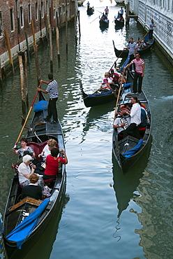 Gondolas at the Bridge of Sighs (Ponte dei Sospiri), Venice, UNESCO World Heritage Site, Veneto, Italy, Europe