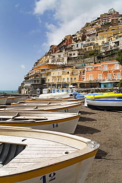 Traditional fishing boats and the colourful town of Positano, Amalfi Coast (Costiera Amalfitana), UNESCO World Heritage Site, Campania, Italy, Mediterranean, Europe