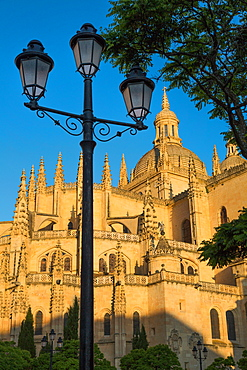 Plaza Mayor and the imposing Gothic Cathedral of Segovia, Castilla y Leon, Spain, Europe