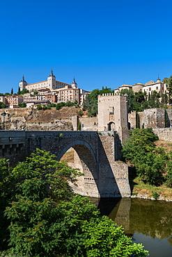 Bridge over the River Tagus with the Alcazar of Toledo above, Toledo, UNESCO World Heritage Site, Castilla la Mancha, Spain, Europe