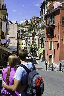 Young couple in clifftop village of Riomaggiore, Cinque Terre, UNESCO World Heritage Site, Liguria, Italy, Europe