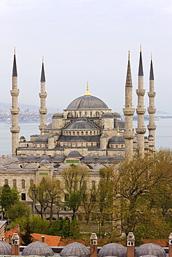 Elevated view of the Blue Mosque (Sultan Ahmet) in Sultanahmet, overlooking the Bosphorus, Istanbul, Turkey, Europe