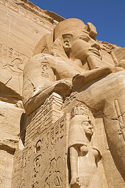 Ramses II statue with Queen Nefertari statue at lower left, Ramses II Temple, UNESCO World Heritage Site, Abu Simbel, Nubia, Egypt, North Africa, Africa