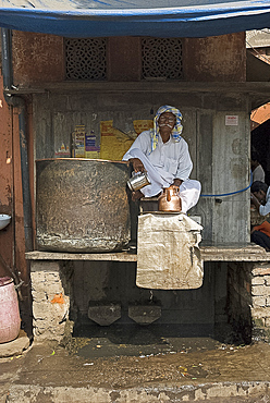 Man offering drinking water in the hot weather, Jaipur, Rajasthan, India, Asia