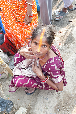 Rural Bihari woman with orange Vaishnavite teeka on her forehead, depicting the third eye, Sonepur, Bihar, India, Asia