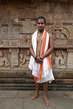 Monk of the Saiva Pasupata sect outside the 7th century Parasurameswar Hindu temple dedicated to Shiva, Bhubaneshwar, Orissa, India, Asia