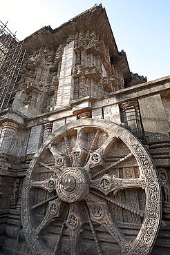 Carved chariot wheel on the wall of the 13th century Konarak Sun temple, built as the chariot of Surya the Sun god, UNESCO World Heritage Site, Konarak, Orissa, India, Asia