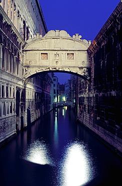 Ponte dei Sospiri (Bridge of Sighs), prison built in 1600, Venice, UNESCO World Heritage Site, Veneto, Italy, Europe
