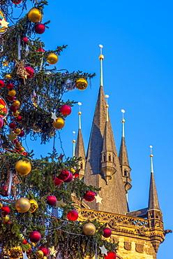 Church of Tyn and Christmas Markets, Staromestske namesti (Old Town Square), Stare Mesto (Old Town), UNESCO World Heritage Site, Prague, Czech Republic, Europe