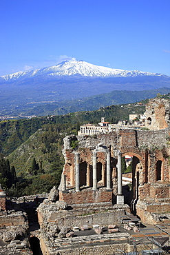 Ruins of the amphitheater, Teatro Antico di Taormina, with a view of volcano Etna, Taormina, Sicily, Italy, Europe