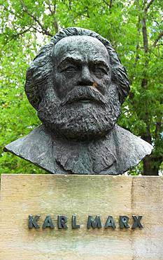Bust Karl Marx, German philosopher, sculptor Gerhard Geyer, Friedensplatz, Dessau, Saxony-Anhalt, Germany, Europe
