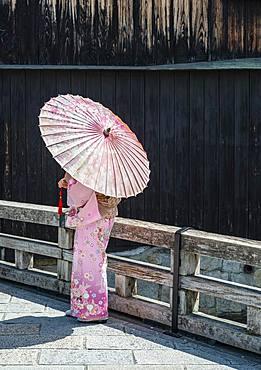 Japanese woman with pink kimono and Japanese parasol, Gion Shirakawa, Kyoto, Japan, Asia