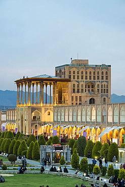 Ali Qapu palace at dusk, Maydam-e Iman square, Esfahan, Iran, Asia
